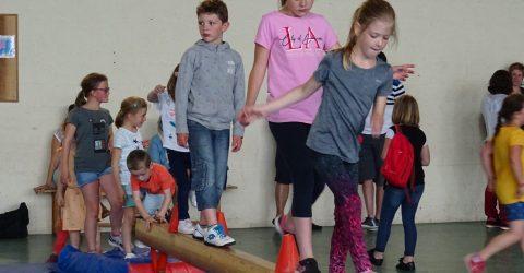 Enfants marchant sur une poutre