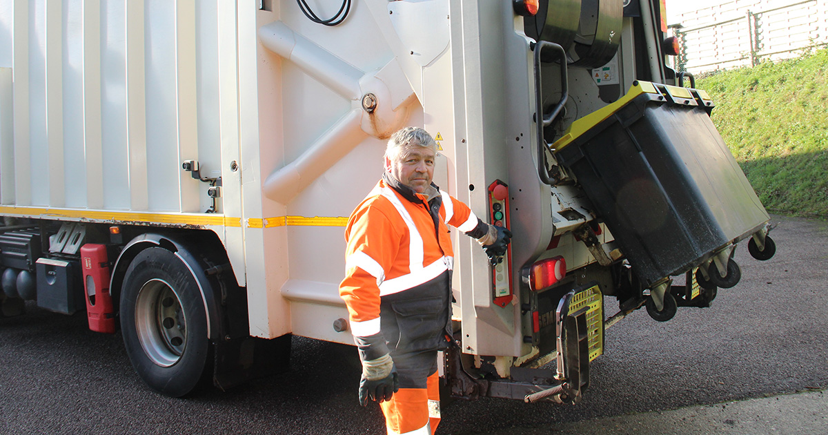 Un agent de collecte près d'un camion