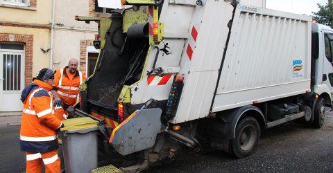 Les services de l'Agglomération - Agents collectant les déchets ménagers, à l'arrière d'une benne