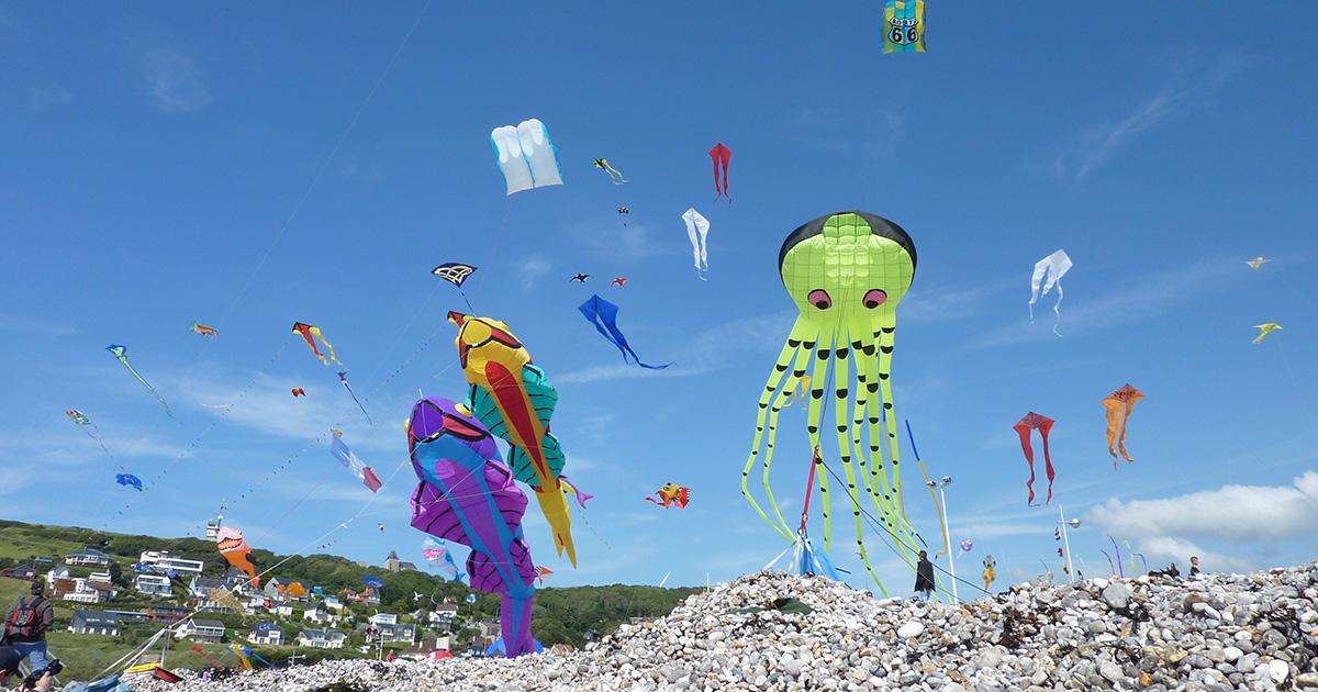 Festival du cerf-volant sur la plage de Fécamp.