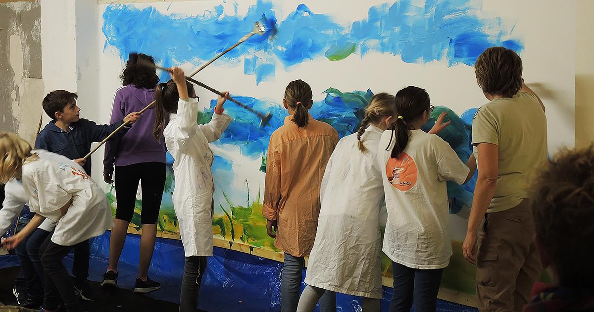Jeunes peignant une fresque