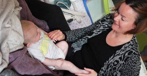 Une maman réalise un massage sur son bébé