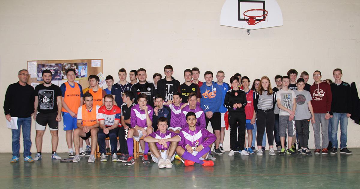 Une trentaine de jeunes prennent la pose pour immortaliser leur rencontre lors d'un tournoi de football. Ils sont accompagnés de leurs animateurs
