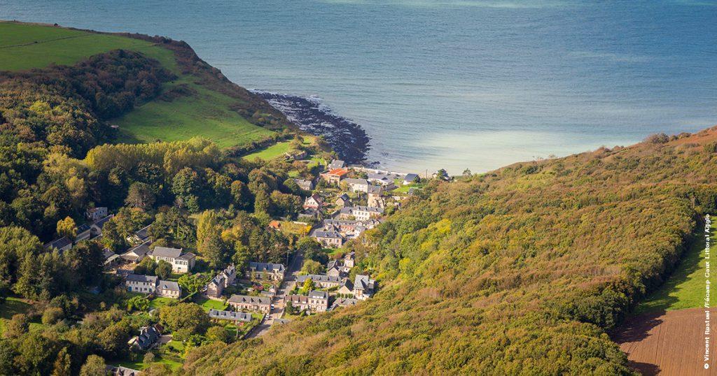 Vue aérienne de la valleuse des Petites Dalles avec de belles villas et des versants couverts de bois