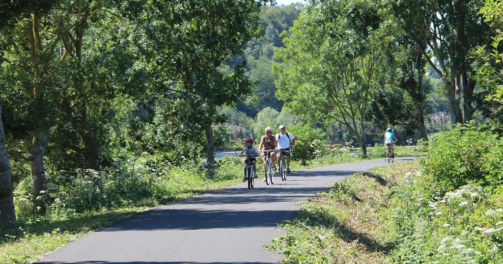 Cyclistes en balade en famille sur la Véloriute du lin