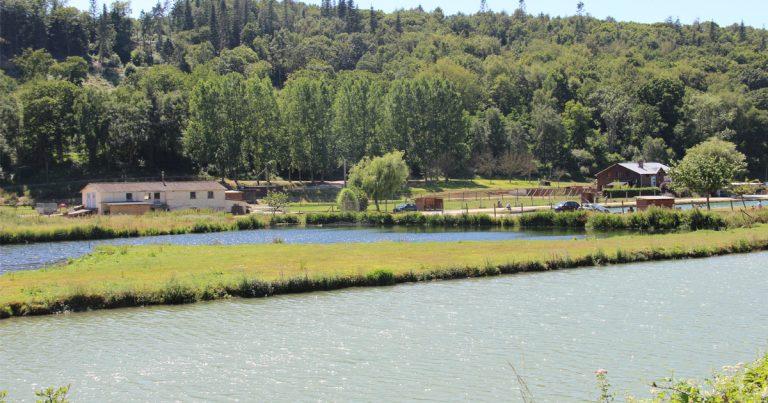 Vue sur les étangs le long de la rivière de la Valmont