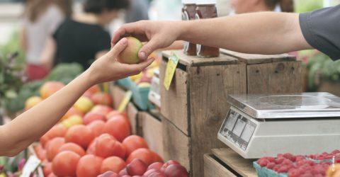 Echange d'une pomme lors du marché