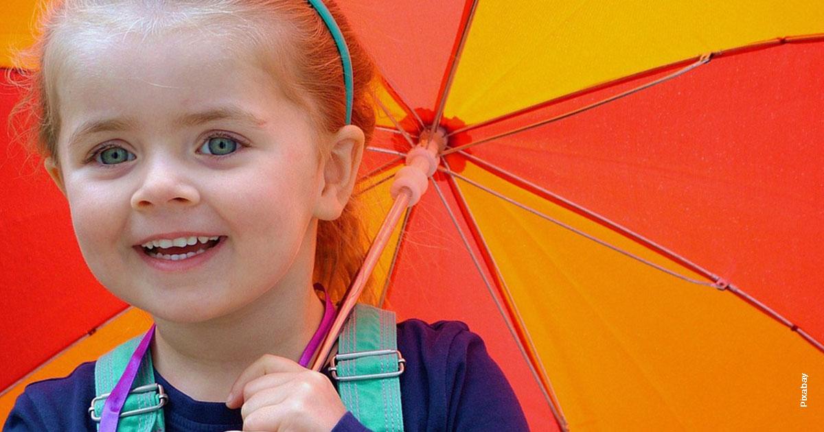 Petite fille sous ombrelle colorée
