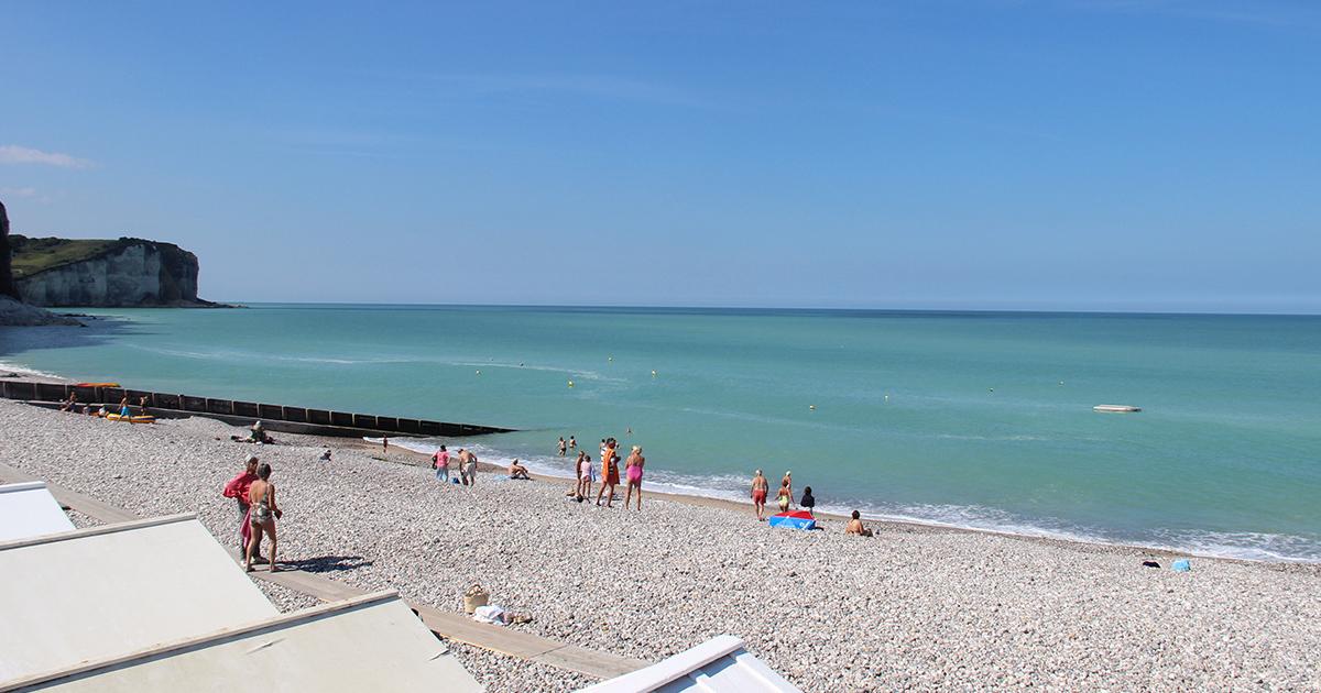 Paysage mer avec baigneurs