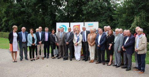 Photographie rassemblant les différentes personnes politiques présent lors de la signature du contrat de territoire 2017-2021
