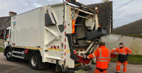 Agents en train de collecter les déchets