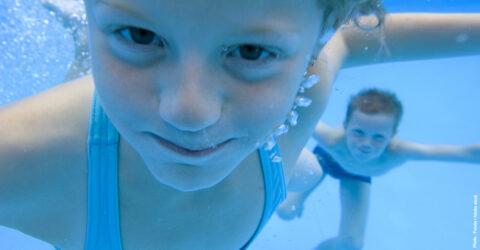 Enfant nageant sous l'eau