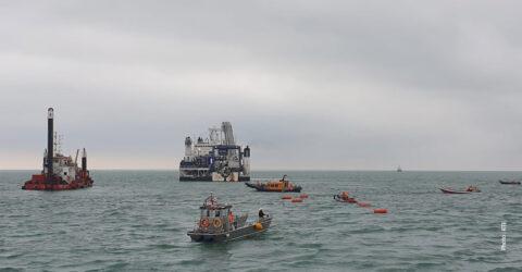 Différents bateaux intervenant pour le raccordement des câbles électriques du parc éolien en mer